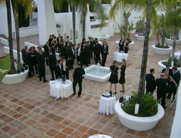 cena de gala black and withe Eventyr en hotel suites albayzin del mar en almuñecar